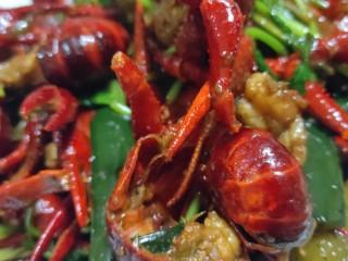 美味宵夜小龙虾,混匀香菜,出锅