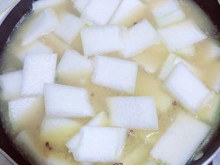 冬瓜鲫鱼汤,放入冬瓜片,开大火烧开。