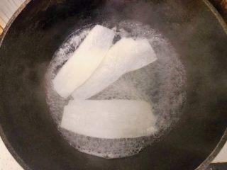 白萝卜鸡肉卷,入锅煮2分钟捞出
