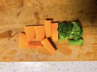 白萝卜鸡肉卷,南瓜去皮,西兰花洗净切段