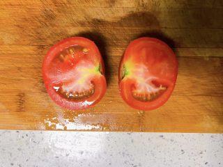 白萝卜鸡肉卷,番茄对半切开