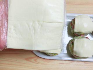 西兰花芝士饭团,将芝士片切成四瓣,1/4片盖在圆形寿司上。
