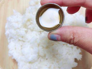 西兰花芝士饭团,在米饭上淋一些寿司醋,均匀的洒在米饭上。