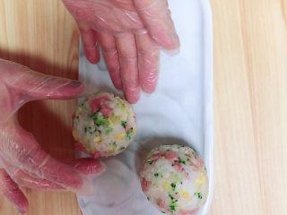 西兰花芝士饭团,我今天做的是圆形的饭团,将一个个饭团团圆了、压实了放在盘中。