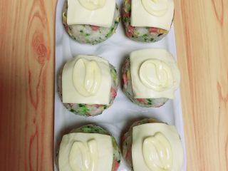 西兰花芝士饭团,再在饭团上挤上一小圈香甜沙拉酱。