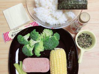 西兰花芝士饭团,准备好食材。西兰花、米饭、玉米、火腿、寿司萝卜、芝士片、沙拉酱、寿司醋、海苔芝麻碎。