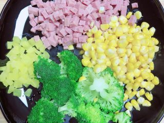 西兰花芝士饭团,将食材切丁待用。