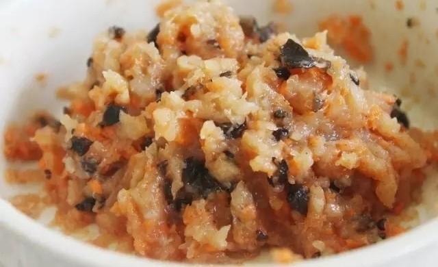 白萝卜鸡肉卷,用筷子搅拌混合均匀