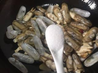 爆炒蛏子,加入适量的盐