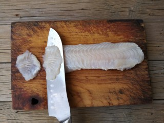 蒜蓉粉丝蒸鱼片,将龙利鱼用斜刀片成鱼片。
