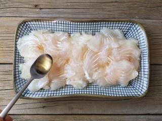 蒜蓉粉丝蒸鱼片,在片好的鱼片中加适量料酒抓拌均匀腌制10分钟。