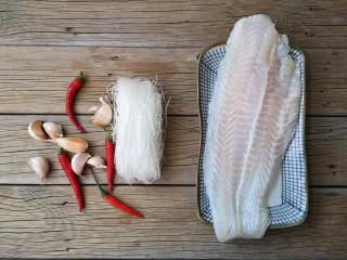 蒜蓉粉丝蒸鱼片,准备食材。