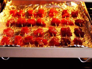 孜然香辣牙签肉,烤箱提前预热后,放入牙签肉。