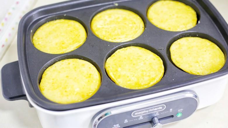 奶香南瓜饼,煎至两面金黄。