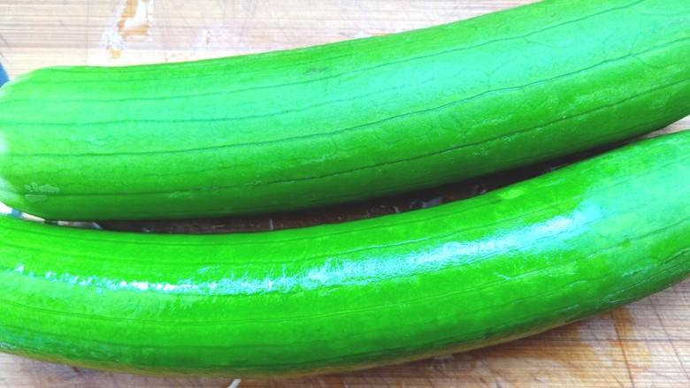 蒜蓉蒸丝瓜,用小刀刮去上面一层粗皮,洗净