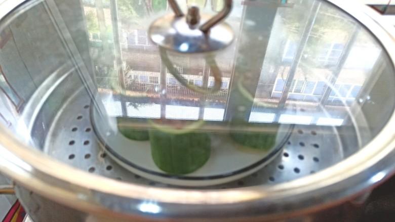 蒜蓉蒸丝瓜,放入锅中,水开蒸10分钟