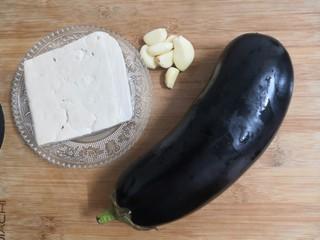 豆腐焖茄子,把食材,准备好