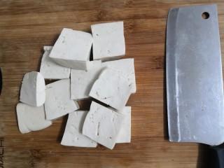 豆腐焖茄子,把豆腐洗干净,切成片