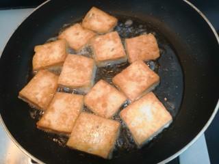 豆腐焖茄子,一面煎至金黄后,翻面再煎
