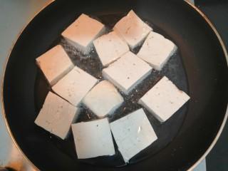 豆腐焖茄子,放入豆腐片,中小火煎