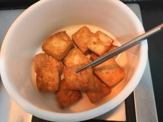豆腐焖茄子,豆腐煎至,两面金黄后,把豆腐用筷子夹出,放入小一点的焖锅中,备用