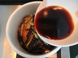 豆腐焖茄子,把搅拌好的料汁,倒入豆腐茄子中