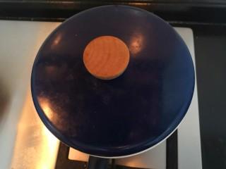 豆腐焖茄子,滚开后,关小火焖5分钟