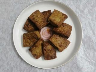 豆腐焖茄子,摆盘时,把豆腐先放在底部