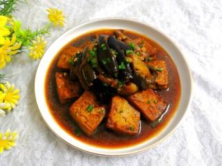 豆腐焖茄子,洒上些葱花,即可上桌