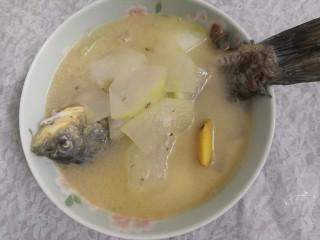 冬瓜鲫鱼汤,把汤盛入碗中