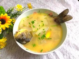 冬瓜鲫鱼汤,洒上葱花,即可上桌