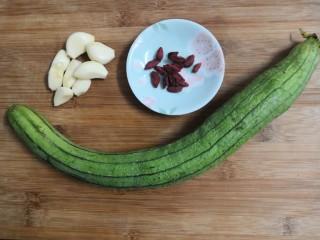 蒜蓉蒸丝瓜,准备好食材