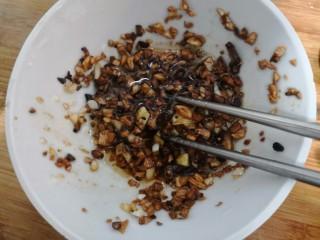 蒜蓉蒸丝瓜,用筷子,搅拌均匀