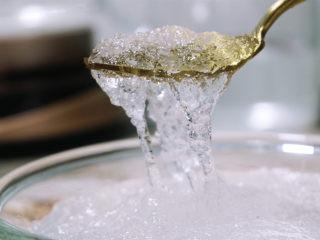 炎炎夏日养颜神器~枸杞红枣炖雪燕,持续饮用让你嫩爆天际,.泡发后的雪燕冲洗干净,杂质可以用镊子夹出,再冲洗干净。