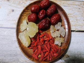 炎炎夏日养颜神器~枸杞红枣炖雪燕,持续饮用让你嫩爆天际,将枸杞,红枣(建议切片去核)洗净待用。
