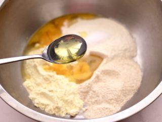 鹌鹑蛋全麦玉米面薄饼,再加入花生油。