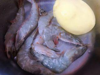 海虾炒土豆丝,准备原材料土豆去皮洗净,海虾清洗干净备用