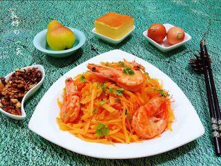 海虾炒土豆丝,搭配蛋糕、鸡蛋、水果、干果就是标配的早餐