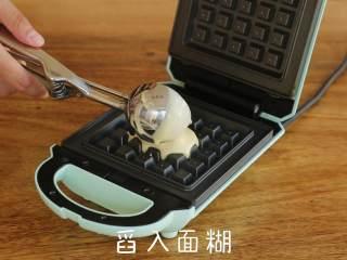 英国百年甜品【冰淇淋华夫】,早餐机预热完成后,刷适量食用油,舀入约60g面糊