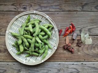 香辣毛豆,准备食材。毛豆选择饱满一些的,色泽新鲜一点的。调料就是家里常用的几样就可以。