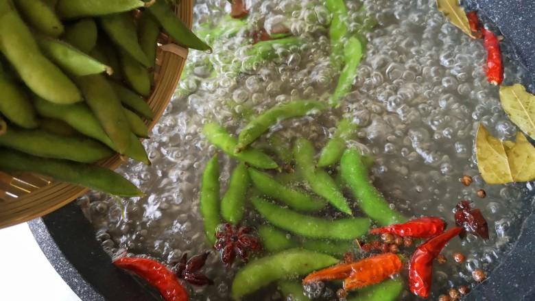 香辣毛豆,在煮开的卤水中放入洗净的毛豆。