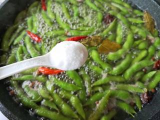 香辣毛豆,然后放盐,盐的量一定要多一点,不然入不了味。我一般是放盐后尝一点汤,偏咸一点就可以了。喜欢吃脆口一点的.煮10分钟断生就可以了,爱吃软烂的煮15分钟。