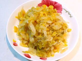 东北酸菜饺子,自制的东北酸菜,把酸菜清洗干净,攥干水份