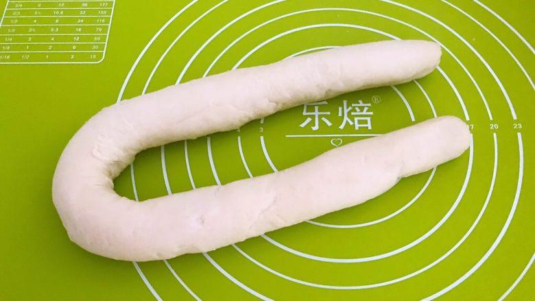 东北酸菜饺子,把面团搓成长条