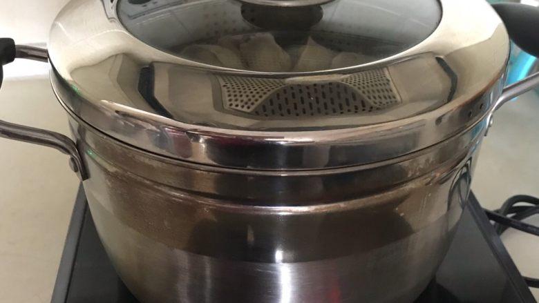 东北酸菜饺子,大火烧开后中火蒸15分钟,关火后焖2分钟即可