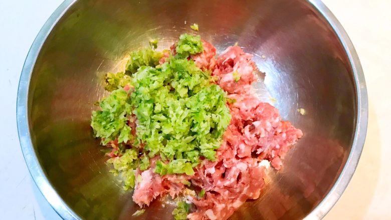 东北酸菜饺子,加入葱末和姜末