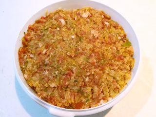 东北酸菜饺子,顺着一个方向充分调匀,酸菜猪肉馅料就做好了