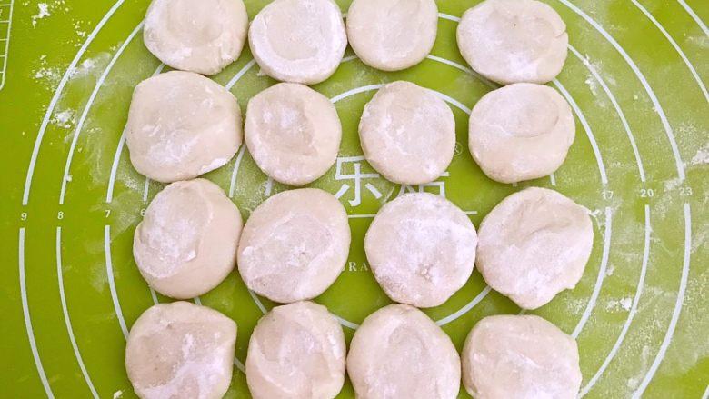东北酸菜饺子,撒上干面粉,压扁