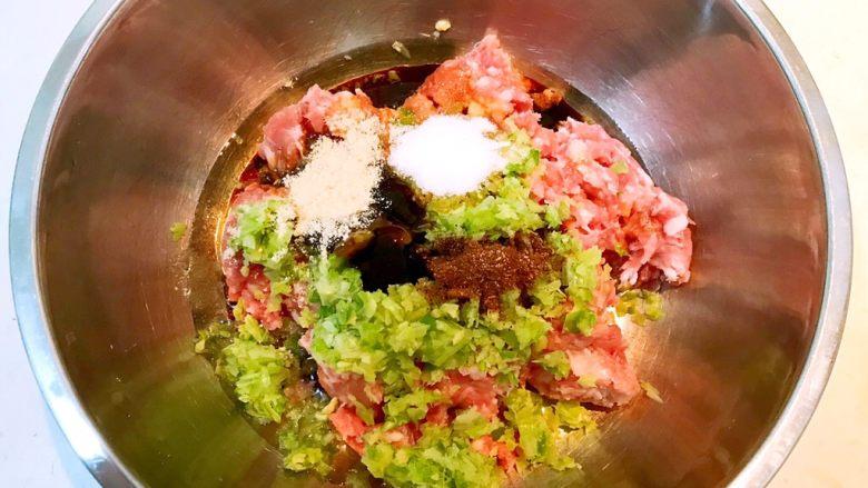 东北酸菜饺子,加入鸡精和精盐