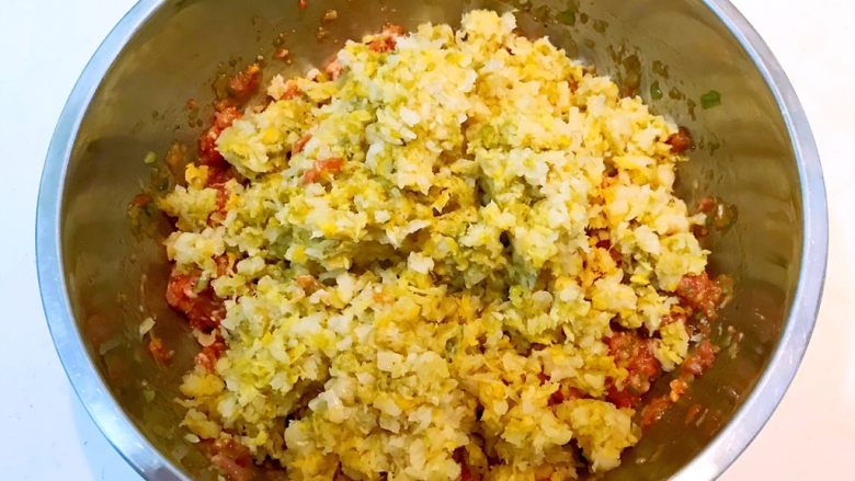 东北酸菜饺子,加入酸菜末